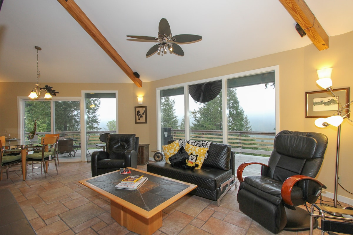 Dancing clouds pass below your living room, deck and spa! (Note the massage chair!!!)