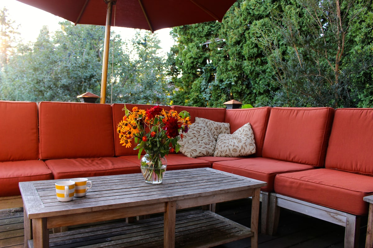 Outdoor dining in lovely, spacious Portland craftsman.