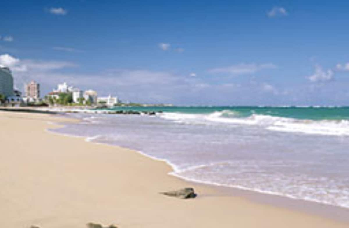Breezy apt near beach in Condado!