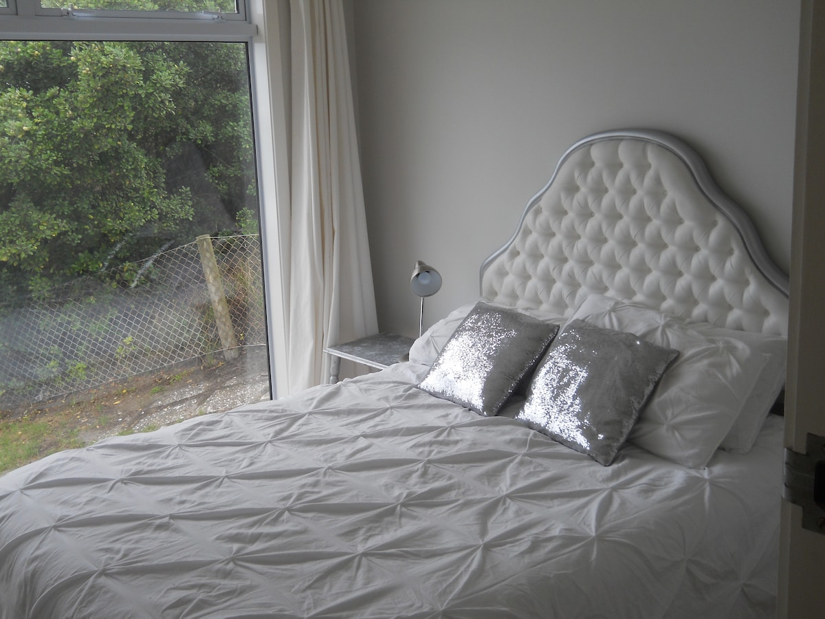 Queen bed with new headboard and fabulous ocean views