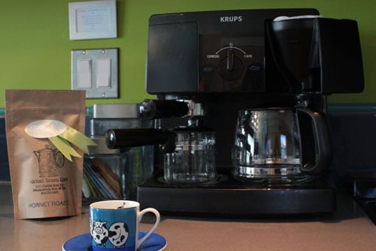 Coffee maker with fresh ground coffee