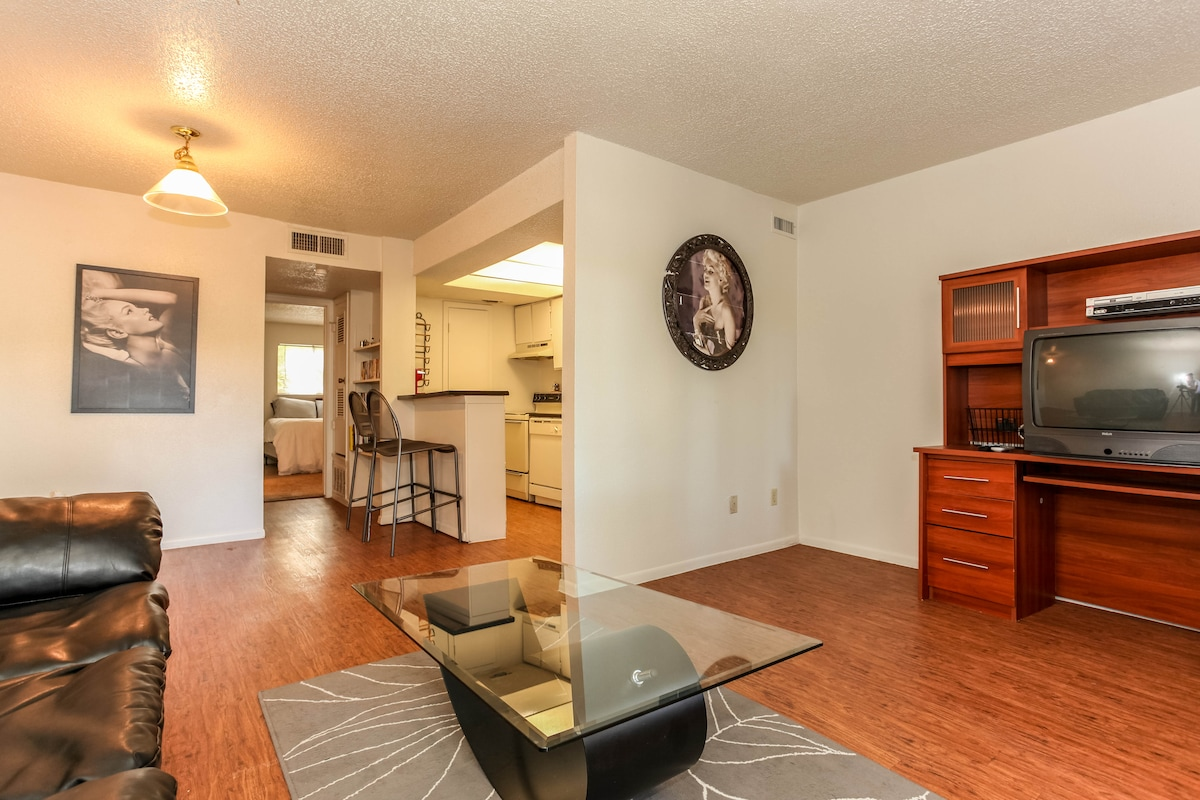 Charming 1BD 3 exits from Downtown