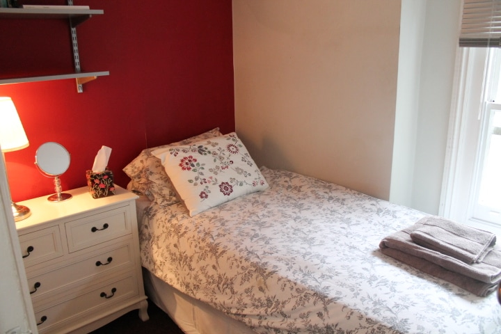Cosy 1 person bed in South London