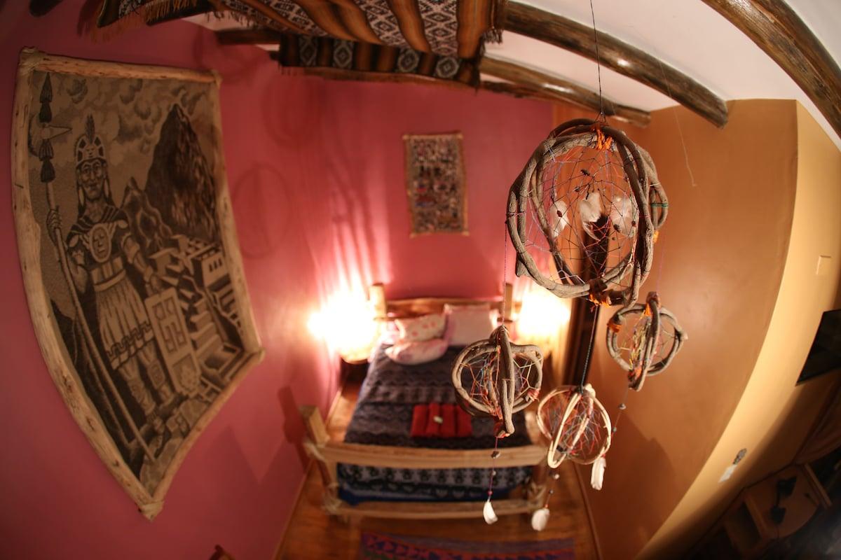 habitación con baño privado con un color uva