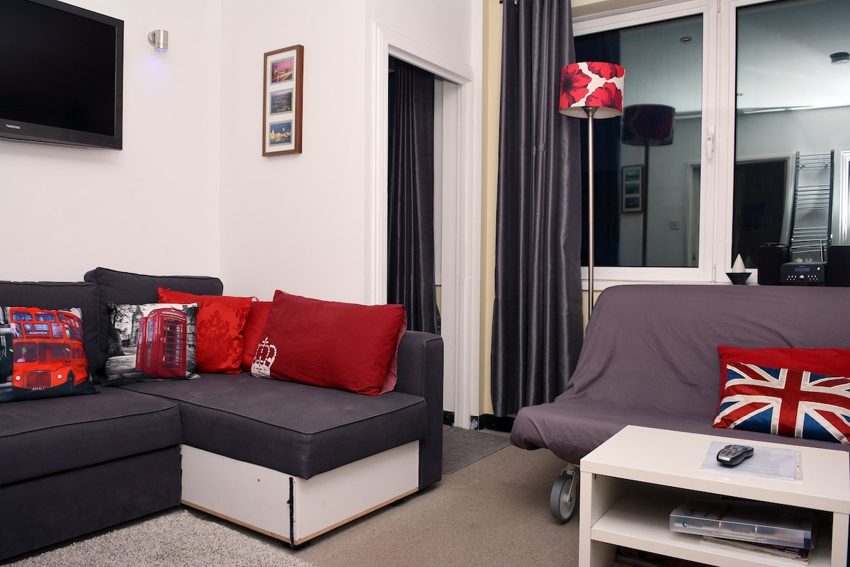 Lounge with 2 comfortable settees that convert to a bed