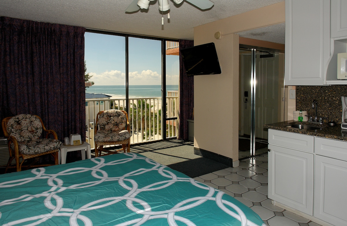 Cozy Oceanview Beach Condo