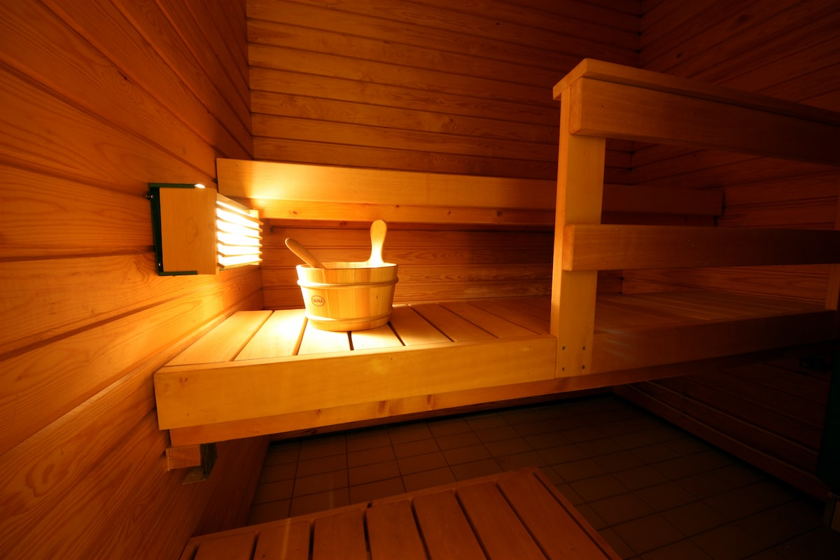 3-4 persons fit in the Sauna