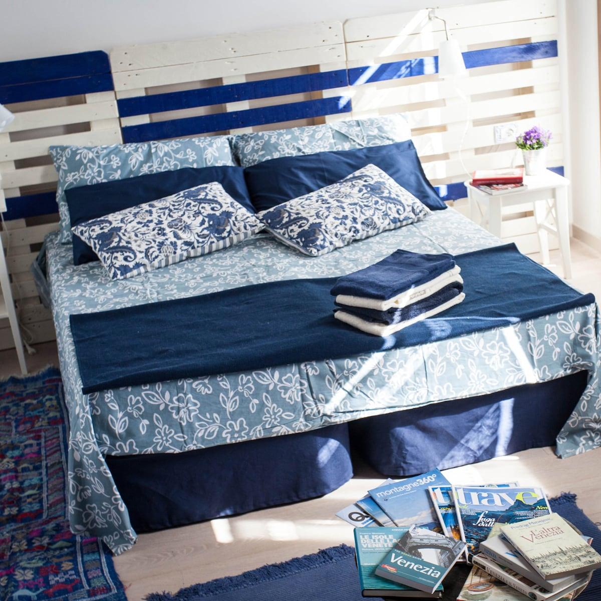 Camera azzurra a quattro letti, con bagno privato