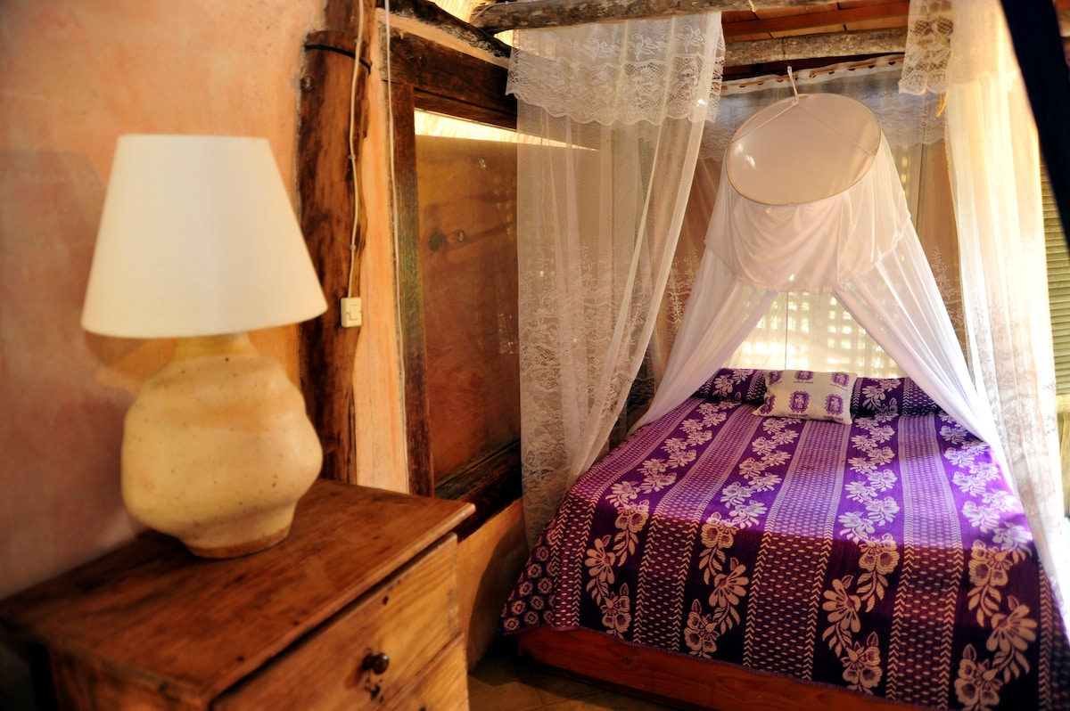 Casitas kinsol - Room #4 - A full size bed on the main floor of the room -