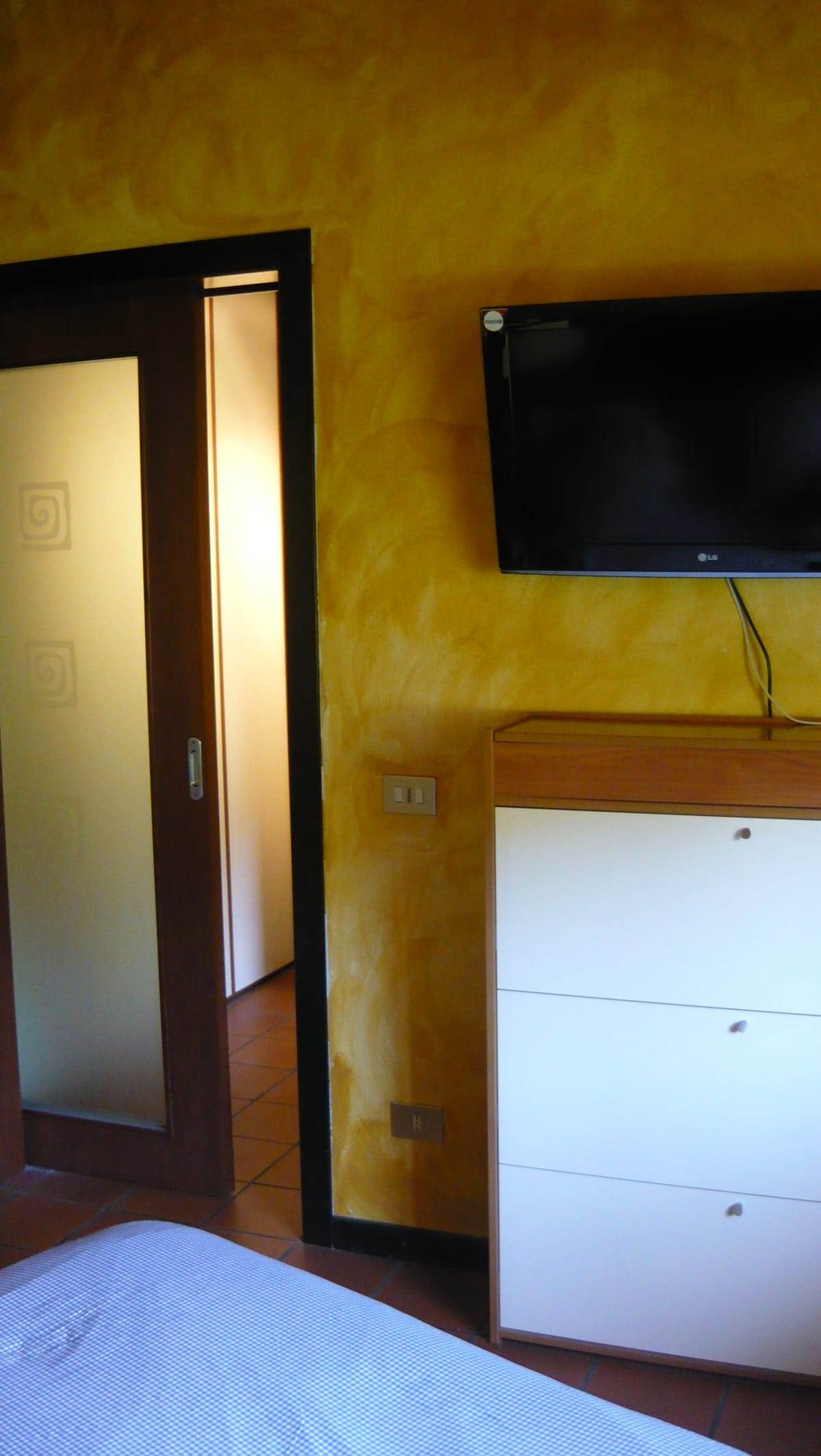 CAMERA CON TRAVI A VISTA.- DOUBLE BEDDED ROOM