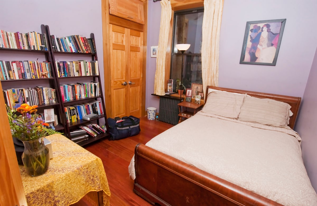 Guest room!! Colorful and cozy.