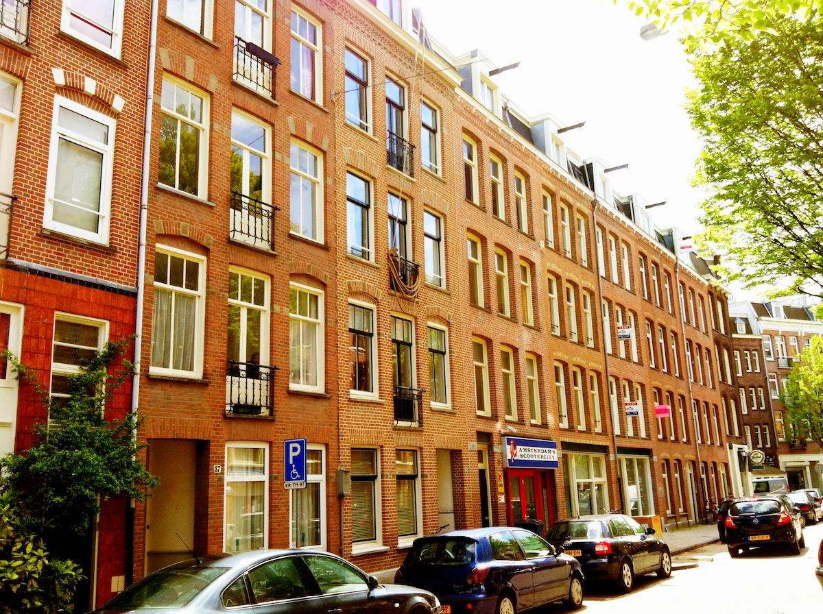 The apartment is located in a typical Amsterdam street