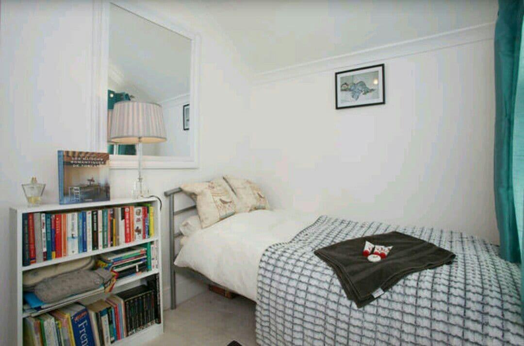 Single bedroom near station & town