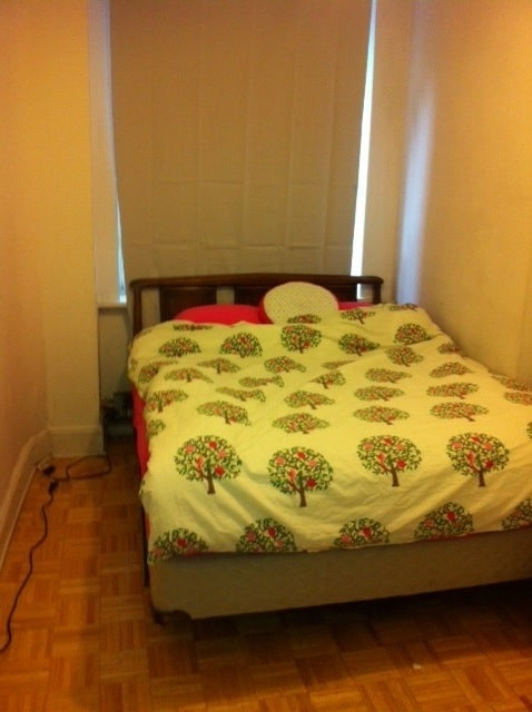 This is the room with a queen size bed. It fits two and has pink linen on it!