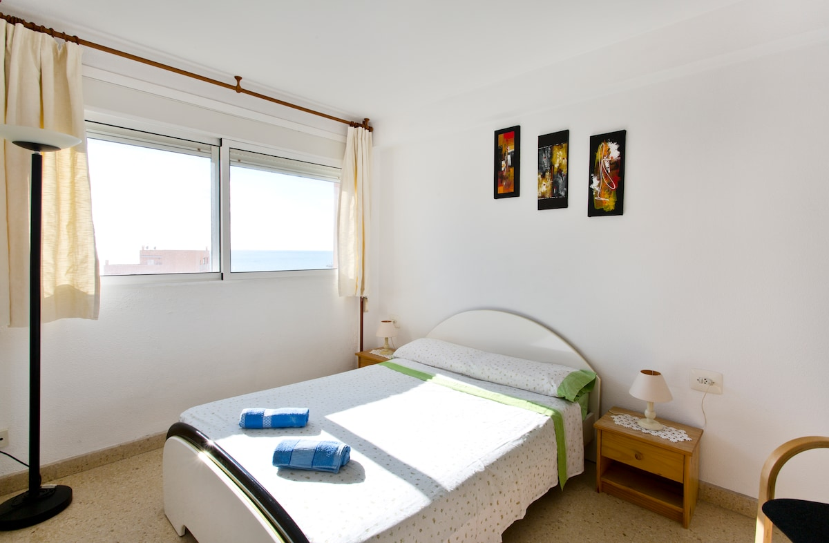 main bedroom overlookig the beach. double bed