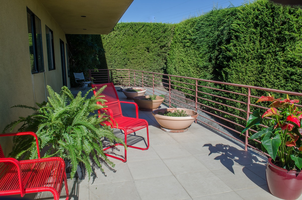 Stylish home wi. ocean view sundeck