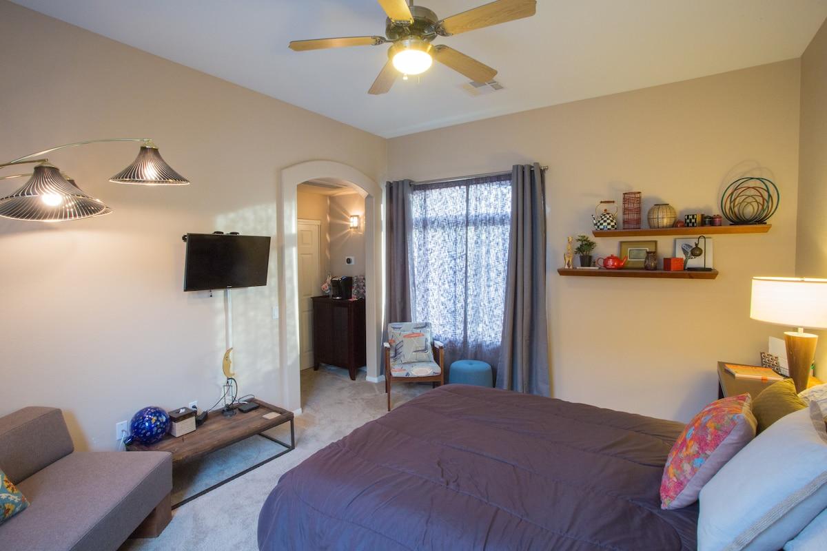 Full size bed, ceiling fan, HDTV.
