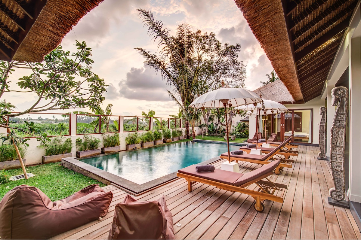 Refined 4 BR villa with staff