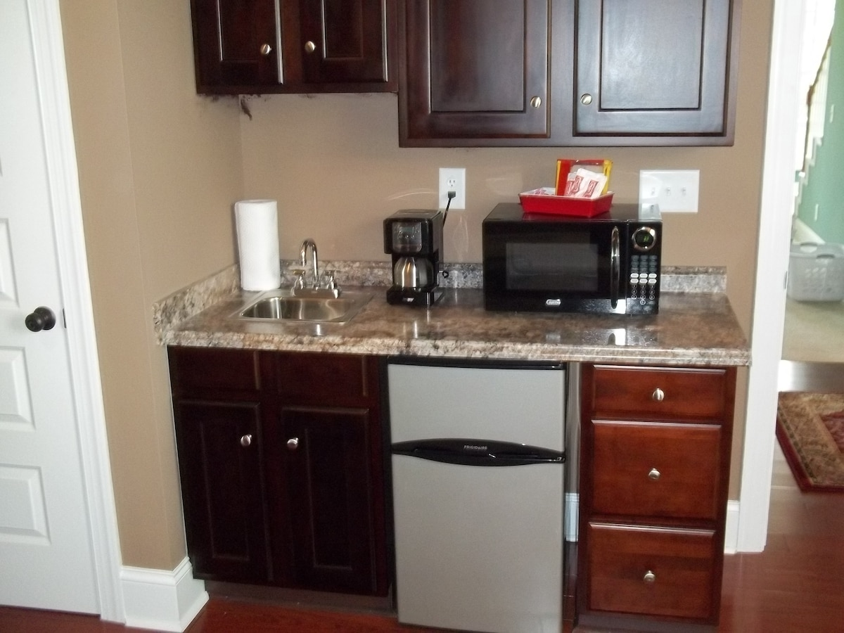 Wet bar with minifridge, microwave, and coffeemaker.....so i don't have to cook for you!!