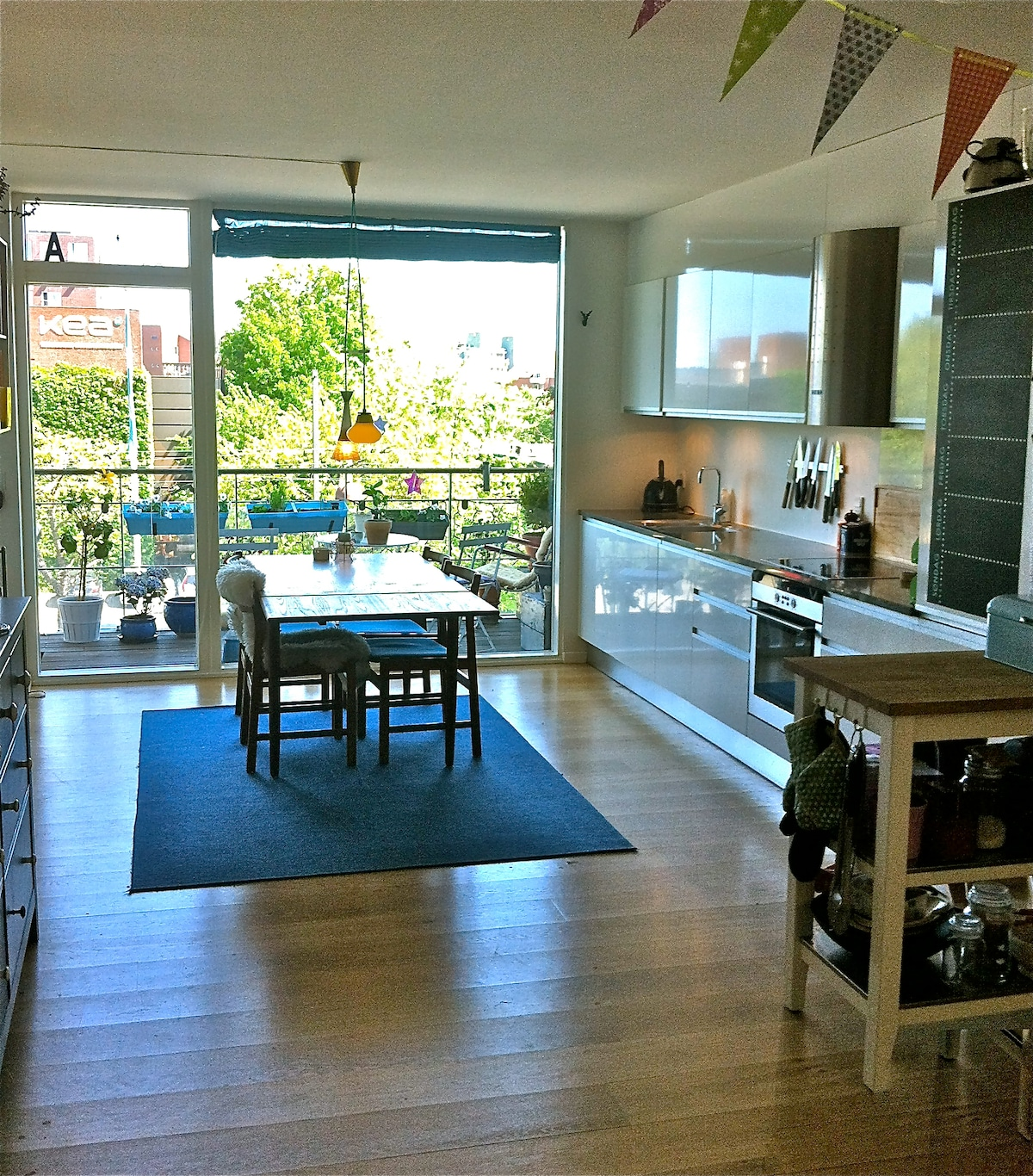 Family-kitchen w. access to private 'morning' balcony
