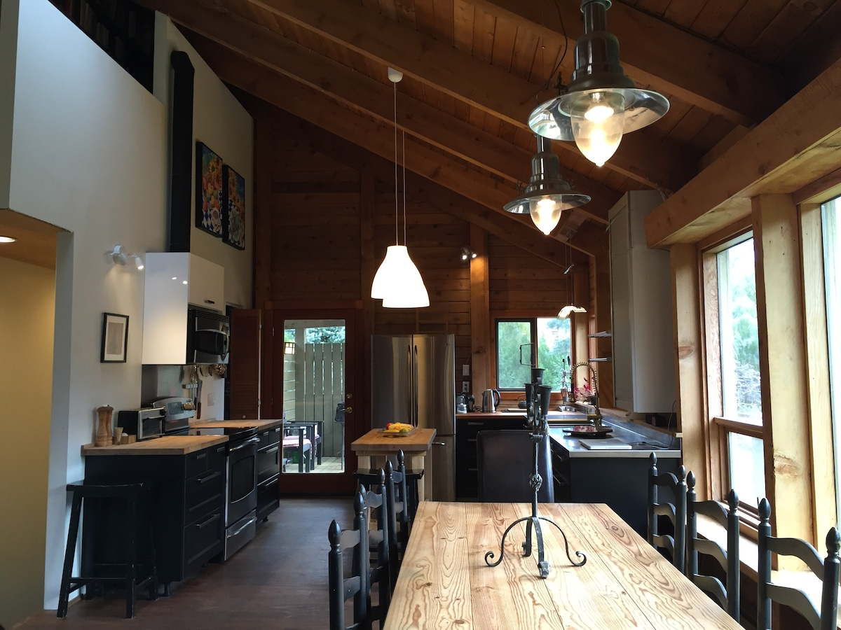 Cool Mountain Chalet, 4 BR sleeps 9