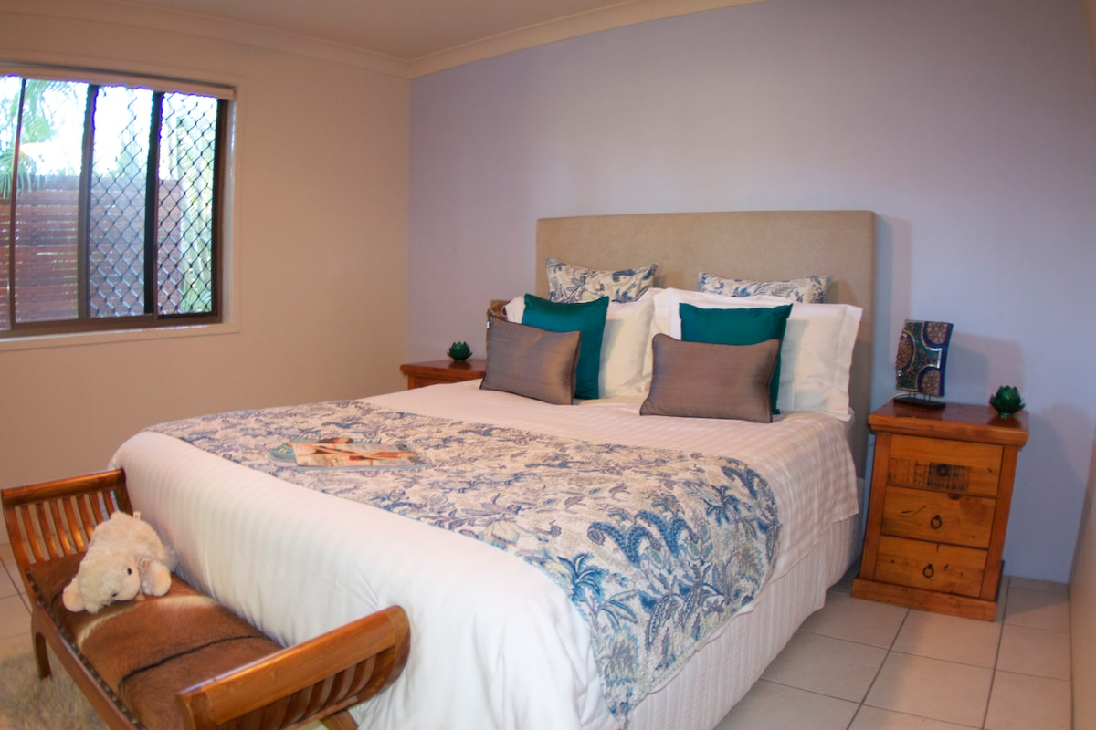 Comfortable queens size bed, quality linen.