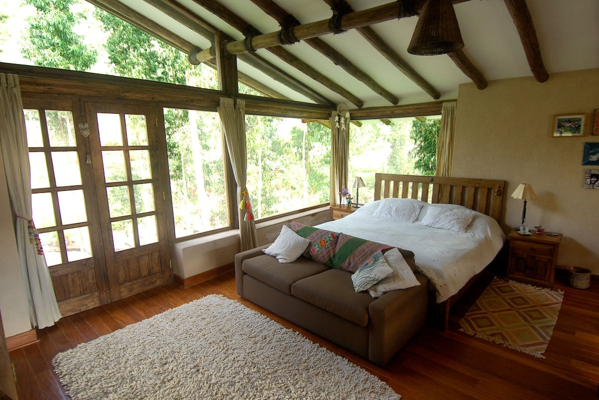 The main bedroom has a king size bed, big size TV with blue-ray and cable tv, a sofa and huge windows with river and mountains view. At night you can also watch the stars from the bed.