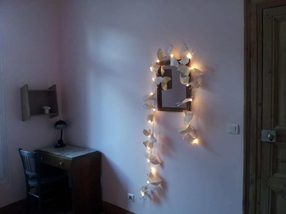 Dans votre chambre, un petit bureau, une penderie, un miroir, un placard... et une guirlande de papillons !  In your bedroom, a small desk, wardrobe, mirror, closet ... and a butterfly garland !