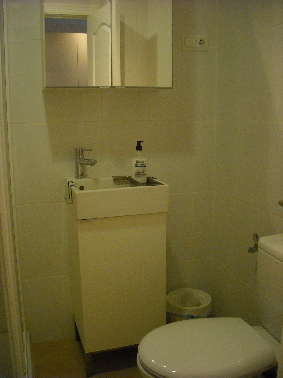 Bath room  -                                                                                                                                                                 Badeværelse