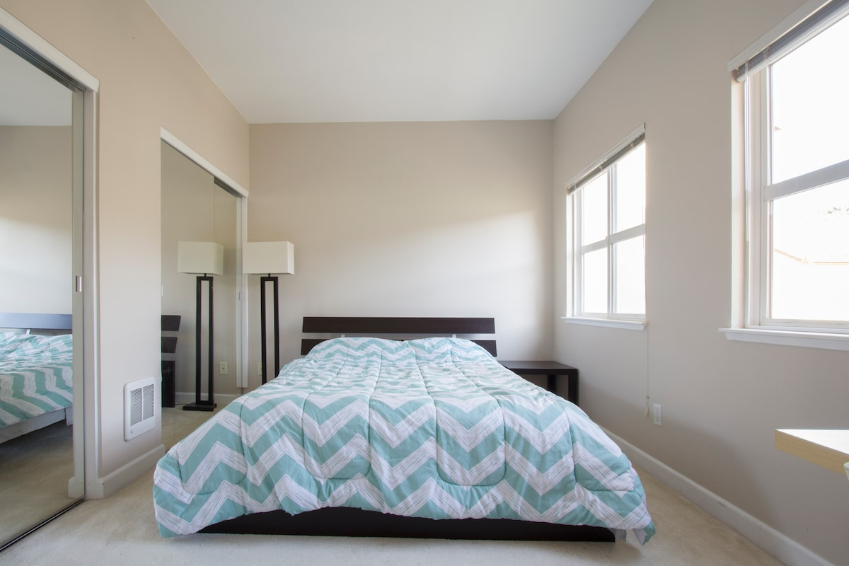 Downtown room comfortable Queen bed