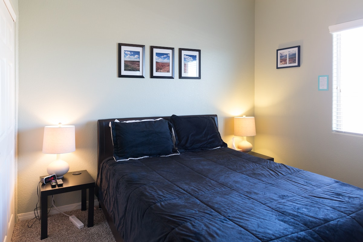 """""""The Southwest Room"""" - 2nd floor bedroom with queen sized bed, desk, empty chest of drawers, large empty closet, fresh towels, and 32in TV with cable, DVD player, and Roku with streaming Netflix (private space)"""