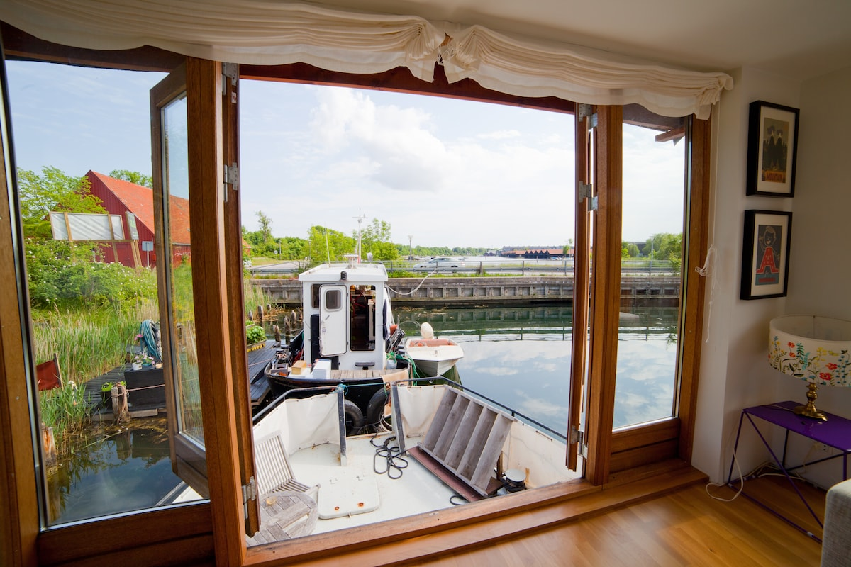 Oen terrace doors with lower deck and view over Holmen
