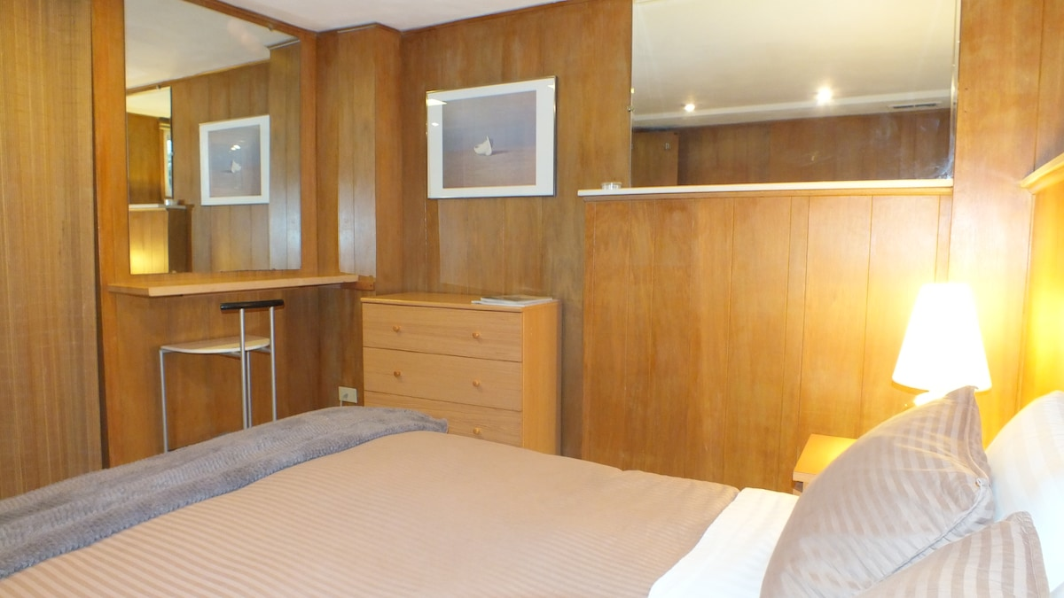 Spacious room with dresser and night stand
