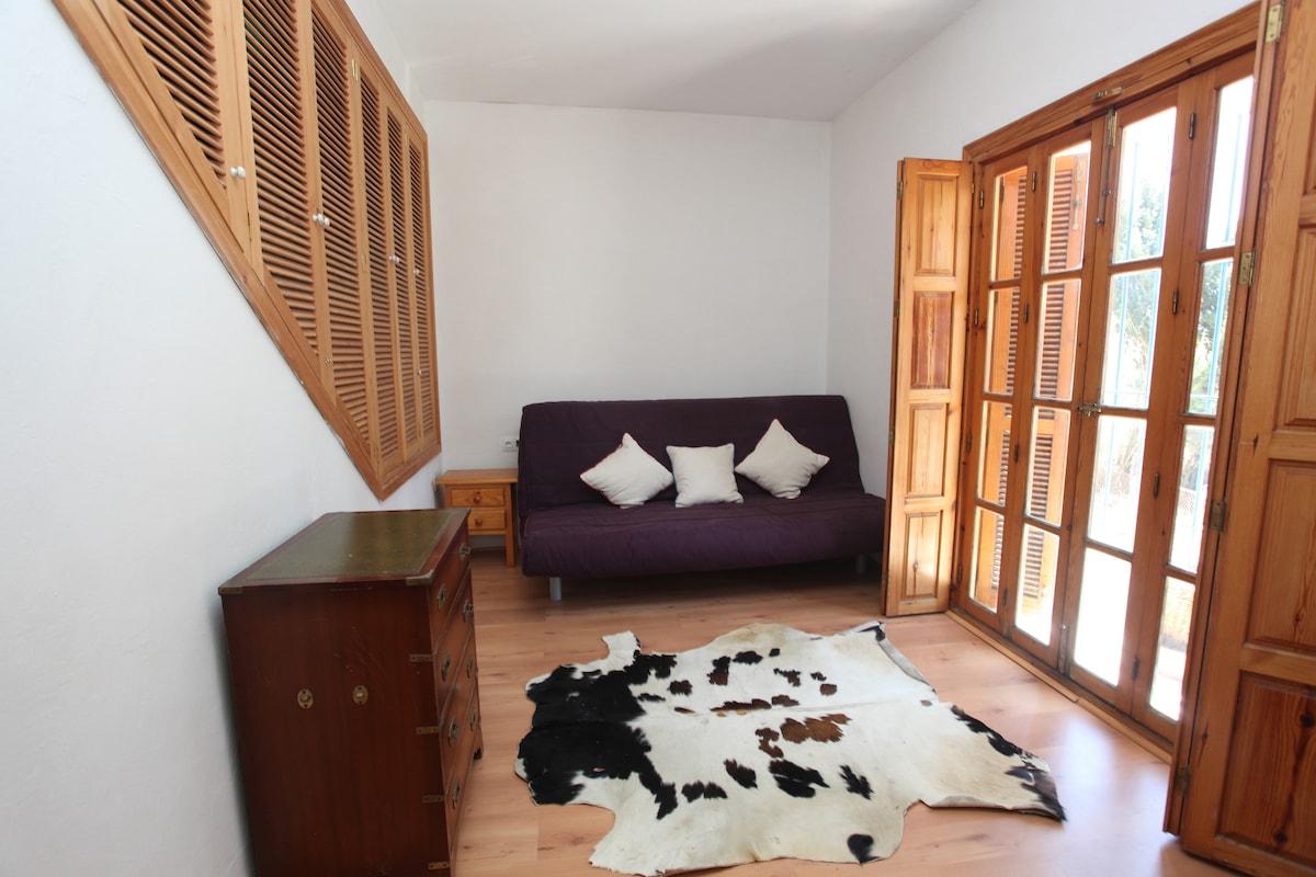 Guest room with  double sofa bed.  Dormitorio de invitados con sofa cama double. .