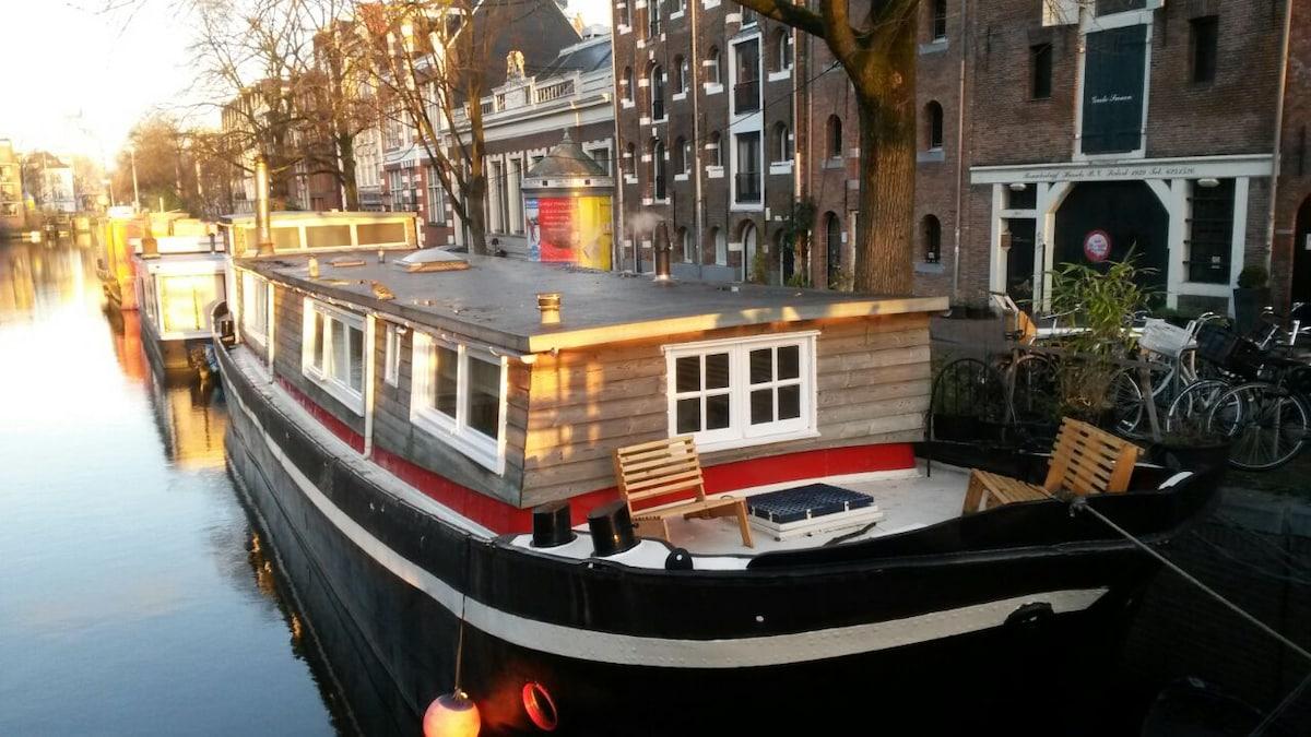 Cosy little studio in a houseboat.