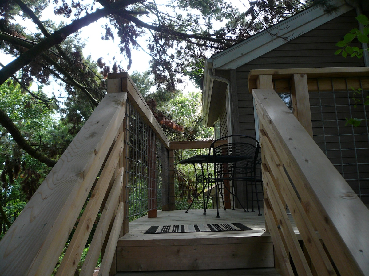 Columbia City Treehouse Apartment