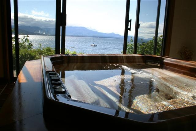 Oceanfront hot tub to enjoy spectacular ocean vistas and gorgeous sunsets