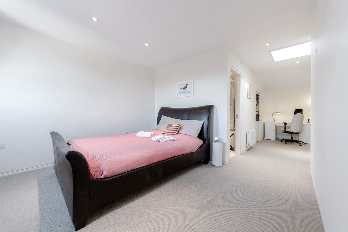 King Bedroom with En-suite Bathroom