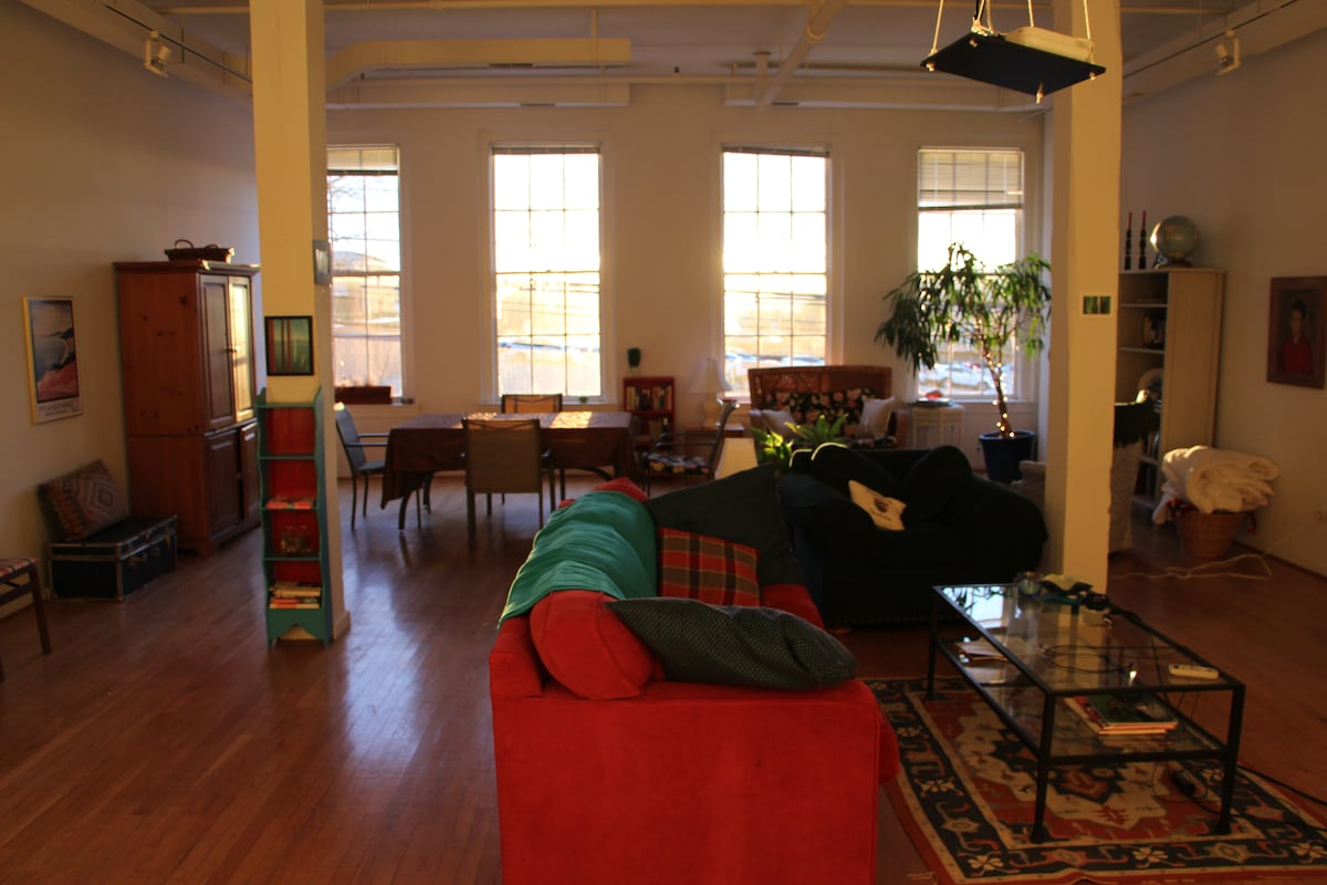 Quiet Downtown Studio Apt Room