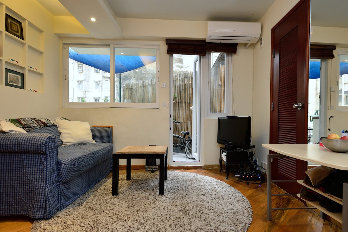 Cozy Western Flat in the City
