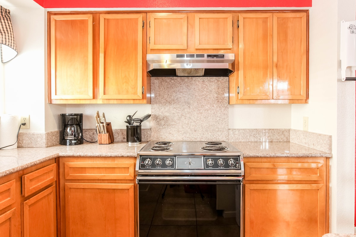 Kitchen fully equipped with granite counter tops.