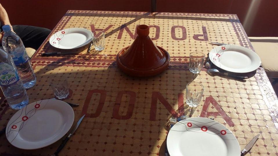 Dinner/Coffee table on the balcony Table a manger sur le balcon