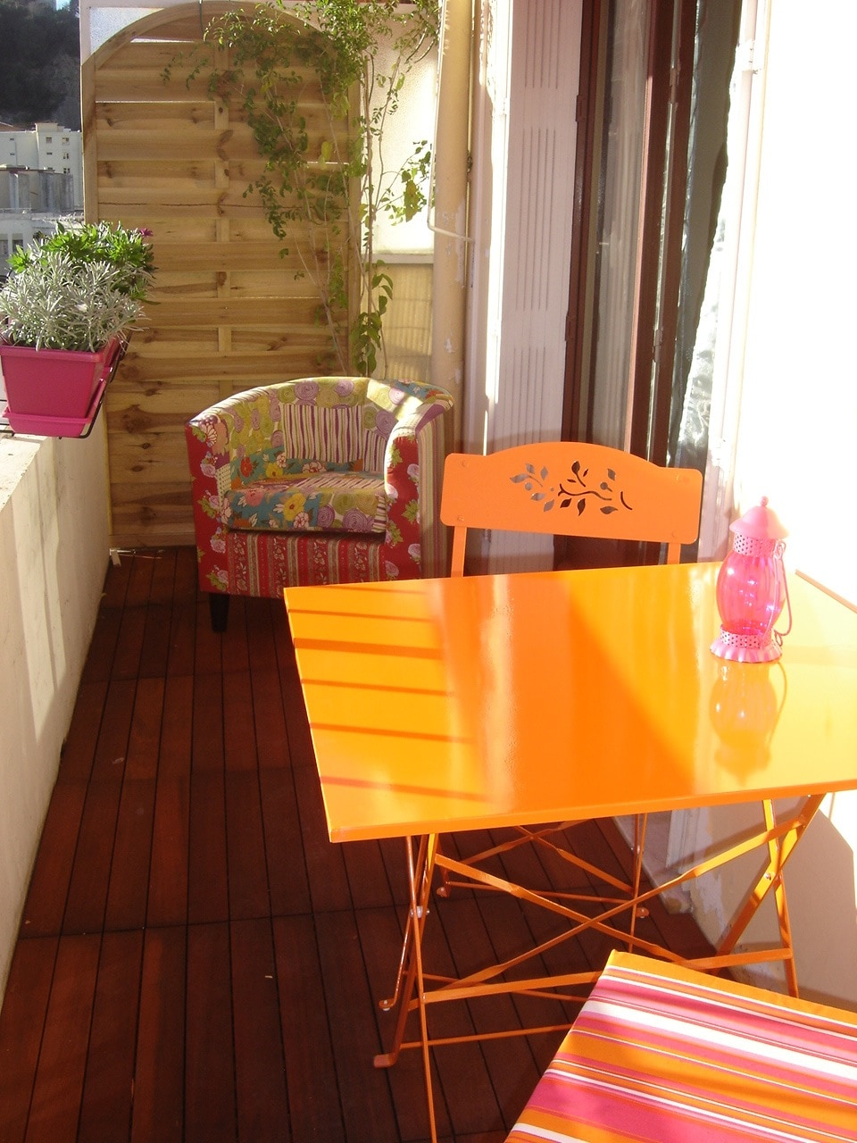 very sunny terrasse with table and chairs and a club