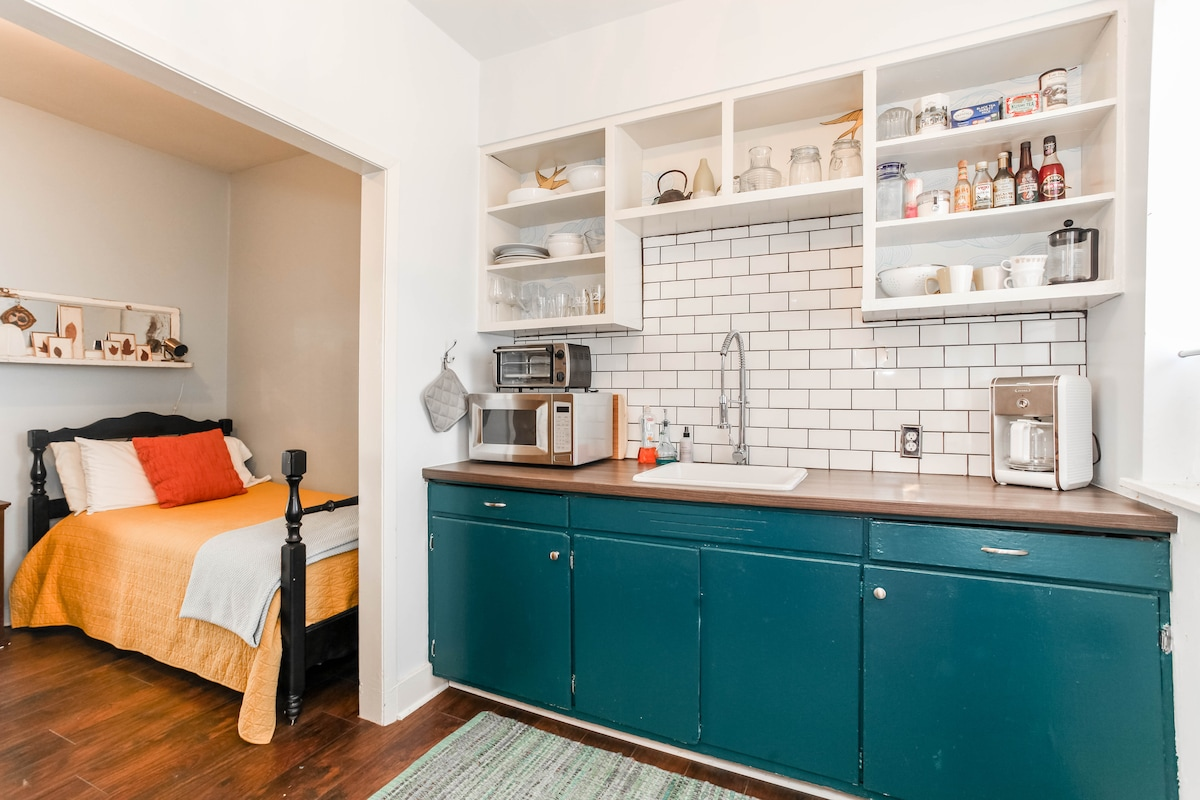 Charming Apartment-BEST LOCATION! B