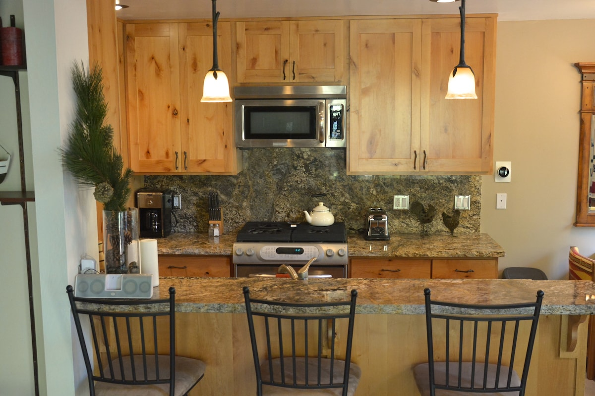 Remodeled Woodsy Mountain Retreat