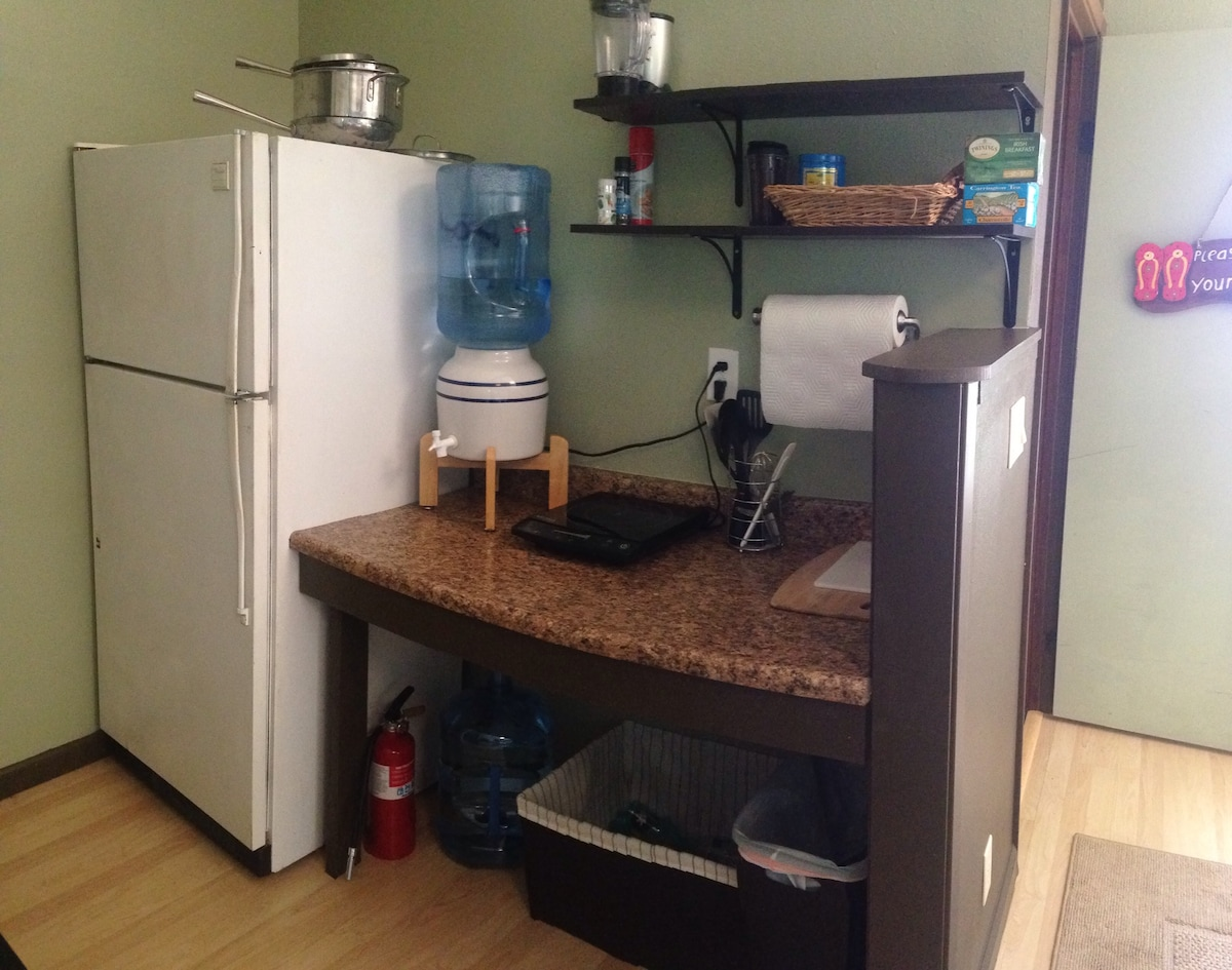Small kitchenette. Comes with single burner electrical induction cooktop, pots & large sauté pan. Cutting board and knives. There is also a coffee pot, toaster and microwave. Salt, pepper, oil, herbal tee also available for you. Purified water dispenser o