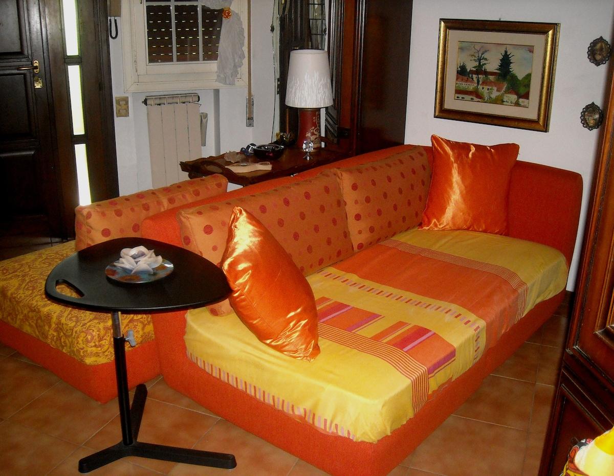 Lo stesso divano disposto per essere utilizzato come letto - The same sofa prepared to be used as a sofa bed