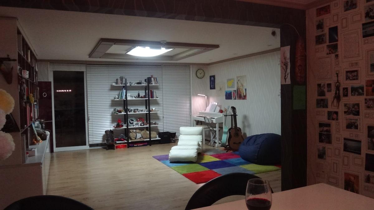 Spacious living room(3 guitars+a digital piano+games+a comfotable recliner+bean bags+books)