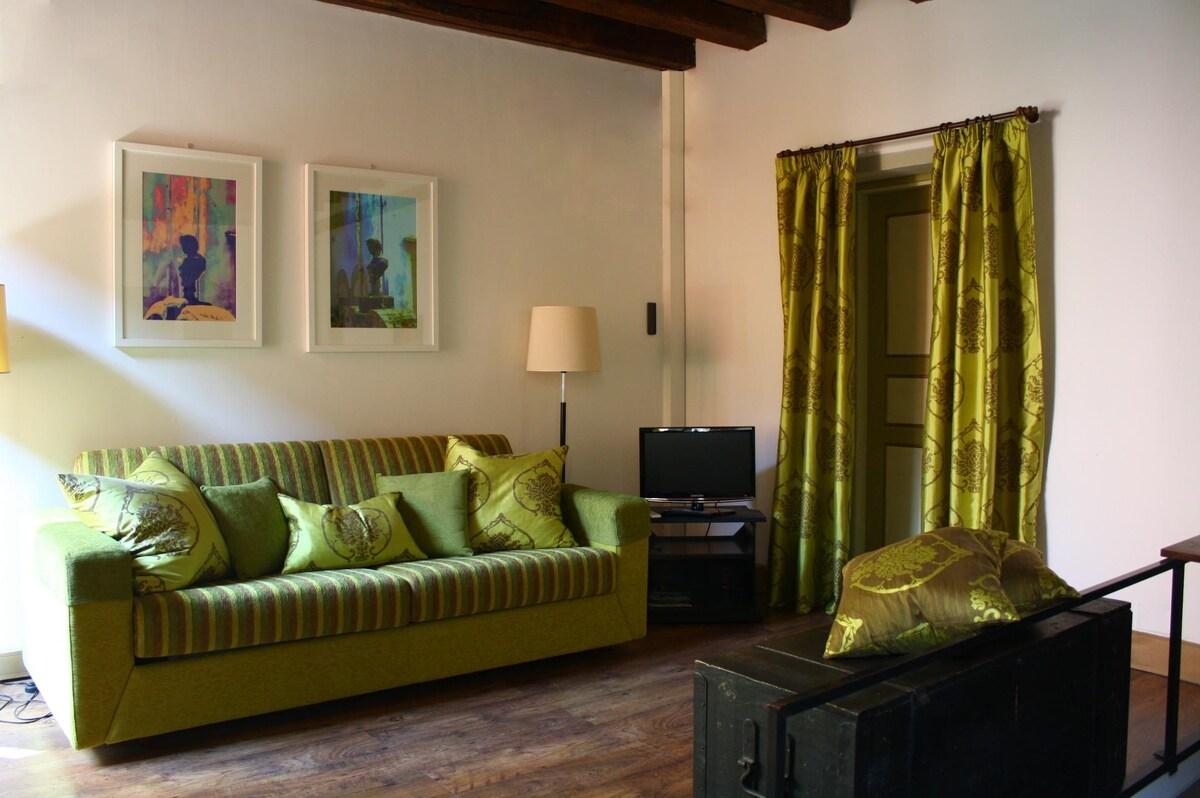 Luminoso Salotto con divano-letto, TV LED, antica cassapanca / Bright Living room with sofa, LED TV, ancient chest