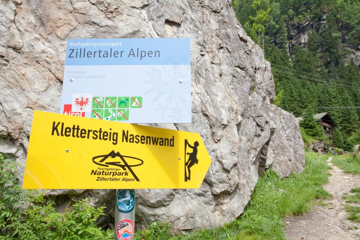 Hier geht er los, der Klettersteig. Vorbei an Haus Schönblick und dann darüber hinweg.